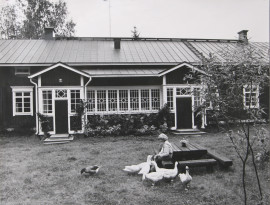 Eeva Joenpelto kartanonsa pihalla Lohjalla. Valokuvaaja Markku Leppo
